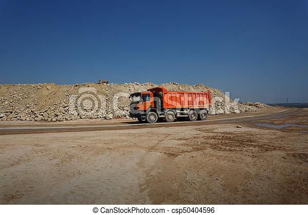 石, フルである, 自然, ゴミ捨て場, 採石場, バックグラウンド。, 砂, 材料, 輸送, オレンジ, トラック, 貨物自動車 - csp50404596