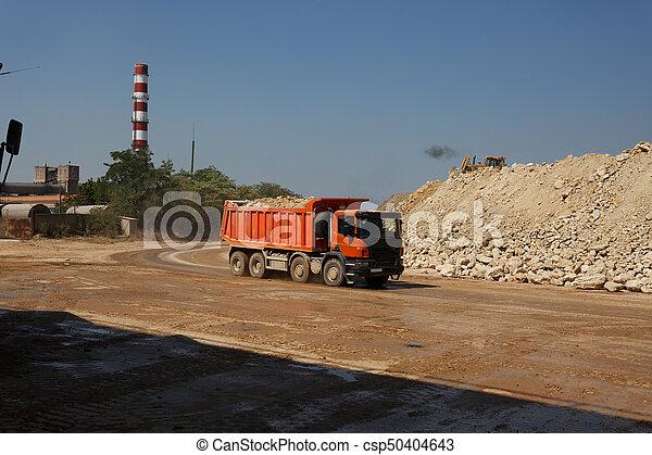 石, フルである, 自然, ゴミ捨て場, 採石場, バックグラウンド。, 砂, 材料, 輸送, オレンジ, トラック, 貨物自動車 - csp50404643