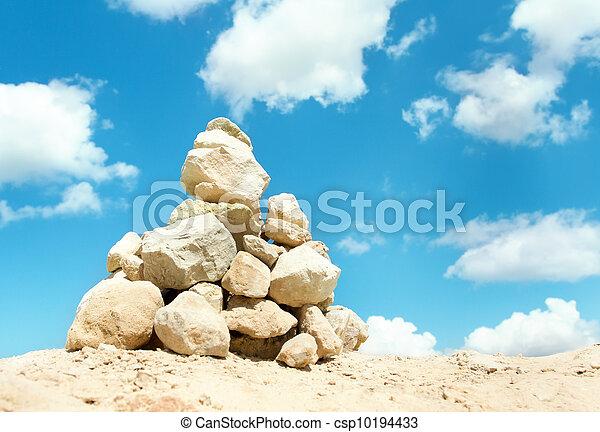 石, 青, ピラミッド, 積み重ねられた, 上に, 空, 安定性, バックグラウンド。, 屋外で, concept. - csp10194433