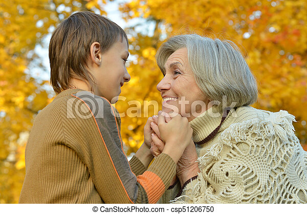 祖母, 手を持つ, 孫 - csp51206750