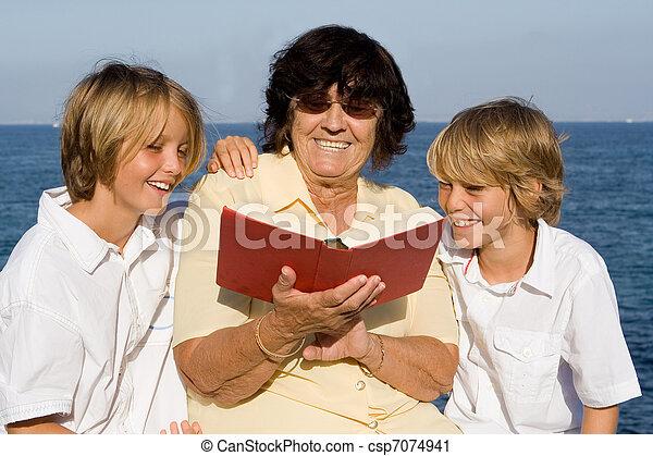 祖母, 読む本, 孫 - csp7074941