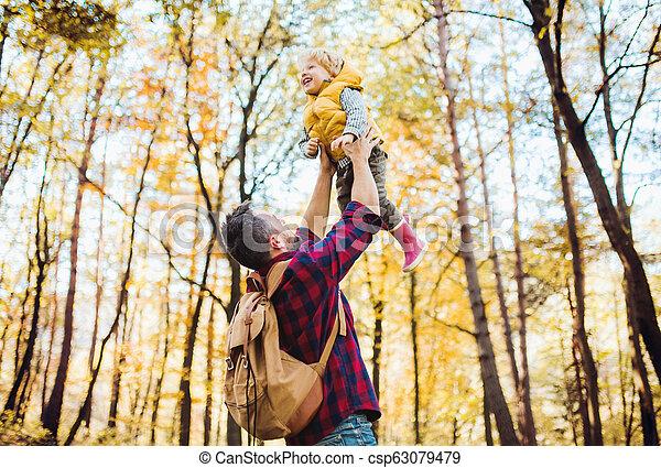 秋, よちよち歩きの子, 父, 空気, forest., 成長した, 息子, 持ち上がること - csp63079479