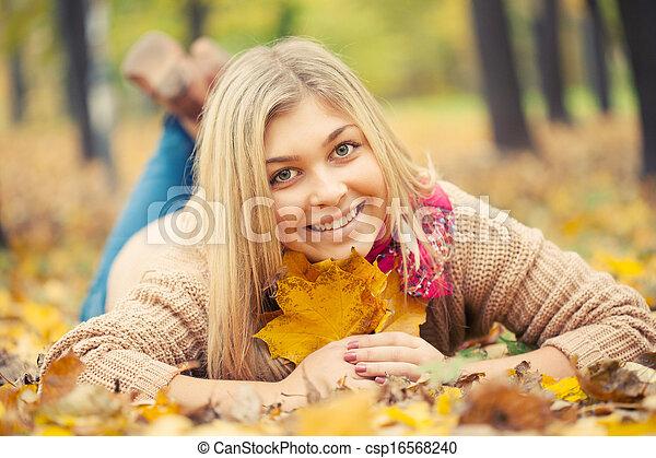 秋, 女, 公園, 卵を生む, 若い, 下方に, 地面 - csp16568240