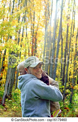 秋, 父, 森林, 抱き合う, 息子 - csp16179460