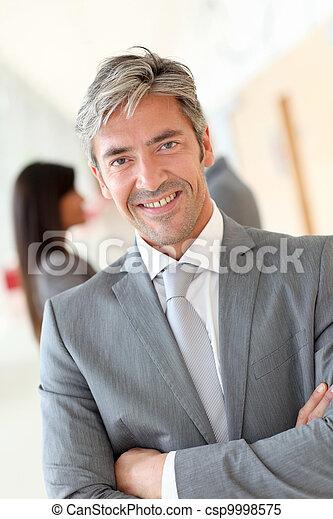 站立, 商人, 漂亮, 大廳, 肖像 - csp9998575