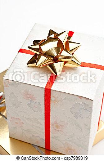 箱, 白い背景, ギフトの弓 - csp7989319
