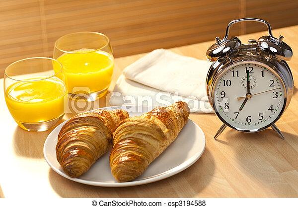 糕點, 黃金, 7am, 集合, 早, 照明, 鐘, 健康, croissant, 警報, 第一流, 橙, 早晨, 大陸, 陽光, 汁, 橙, 伴隨, 早餐 - csp3194588