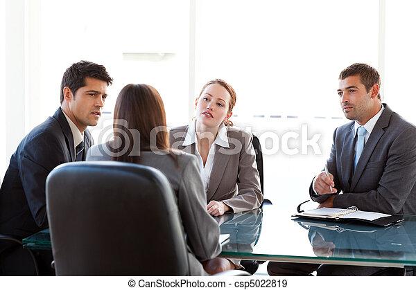 経営者, 光景, インタビューされる, 3, 女性実業家, テーブル, 後部, ある, のまわり, モデル - csp5022819