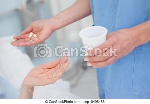 給, 藥物, 護士病人 - csp10498486