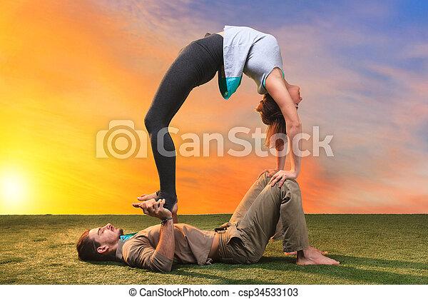 練習, ヨガ, 2人の人々 - csp34533103