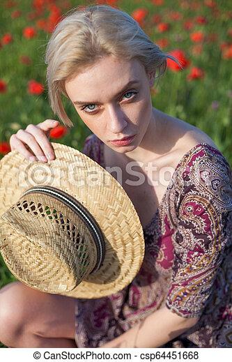 美しい女性, 農夫, コレクション, フィールド, 花, 赤 - csp64451668