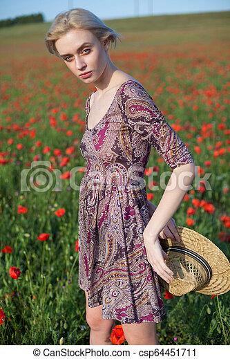 美しい女性, 農夫, コレクション, フィールド, 花, 赤 - csp64451711