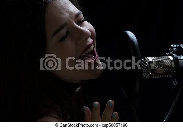 美しい, マイクロフォン, レコーディングスタジオ, 女の子, 歌うこと - csp50057196