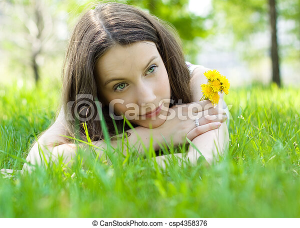 美しい, 芝生, ティーネージャー, 若い, タンポポ - csp4358376