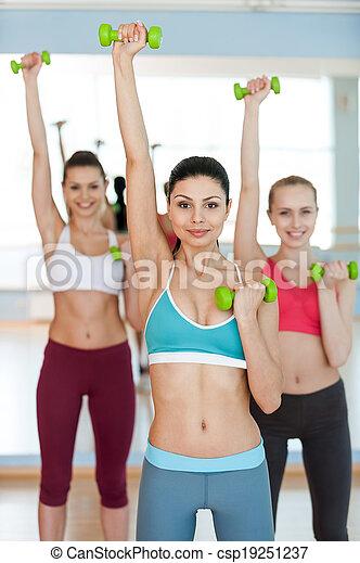美麗, dumbbells, 重量, 三, 年輕, 照像機, training., 微笑, 運動衣服, 行使, 婦女 - csp19251237