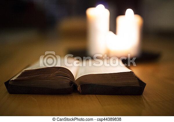 聖經, 燃燒, 木制, 蜡燭, 地板, 放置, 背景 - csp44389838