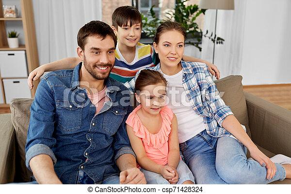肖像画, 幸せな家族, 家 - csp71428324