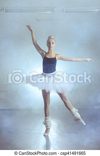 芭蕾舞女演員, 跳舞 - csp41491665