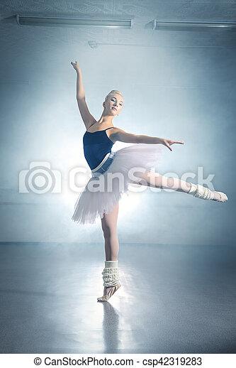 芭蕾舞女演員, 跳舞 - csp42319283