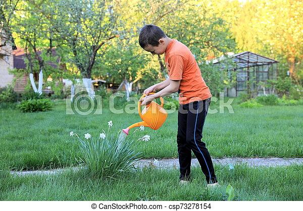 花, 男の子, 水まき, 屋外で - csp73278154