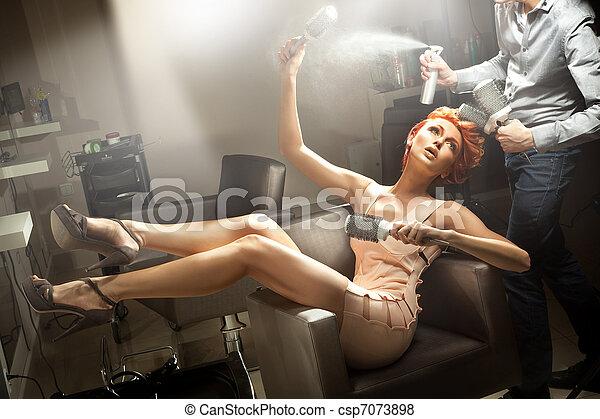 若い女性, ポーズを取る, 部屋, 美容師 - csp7073898