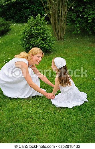 若い, 遊び, 娘, 牧草地, 母 - csp2818433