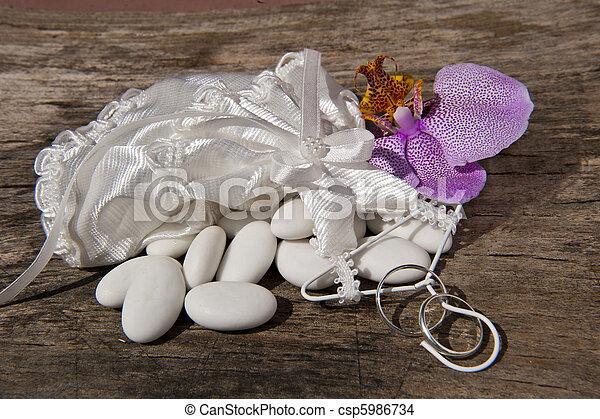 草むしりする, 好意, 結婚指輪 - csp5986734