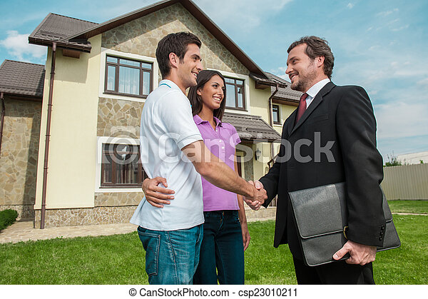草坪, owners., 交易, 推销员, 夫妇, 握手, 年轻, 在外面, 手, 财产, 振动 - csp23010211