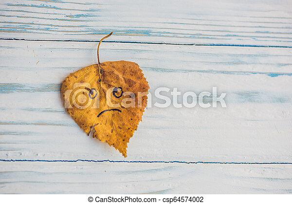 葉, 木製である, 黄色, 悲しい, 緑の背景, 古い, 顔 - csp64574002