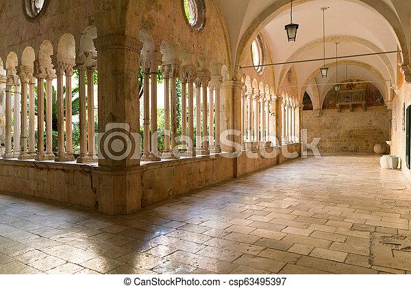 装飾用である, 廊下, dubrovnik., 世紀, franciscan, 修道院, 第13, アーチ, コラム - csp63495397