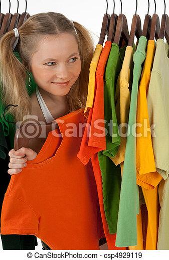 見る, 不思議である, 女の子, 衣料品ラック, から - csp4929119