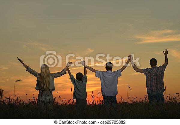 見る, 家族, 手を持つ - csp23725882