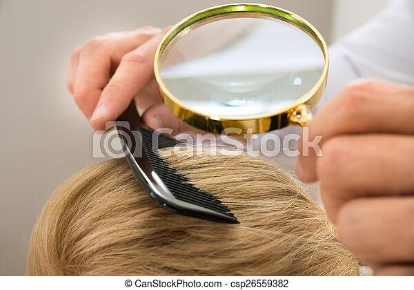 見る, 毛, ガラス, によって, 皮膚科医, ブロンド, 拡大する - csp26559382