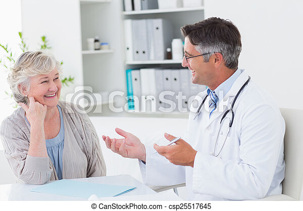 討論, 年長者, 病人, 桌子, 醫生 - csp25517645