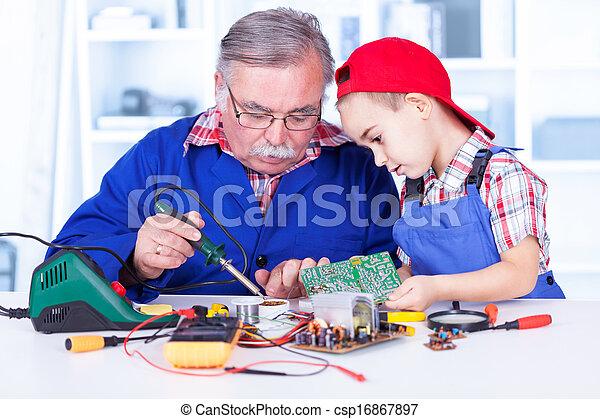説明, 祖父, いかに, 孫, はんだ付けする, 仕事 - csp16867897