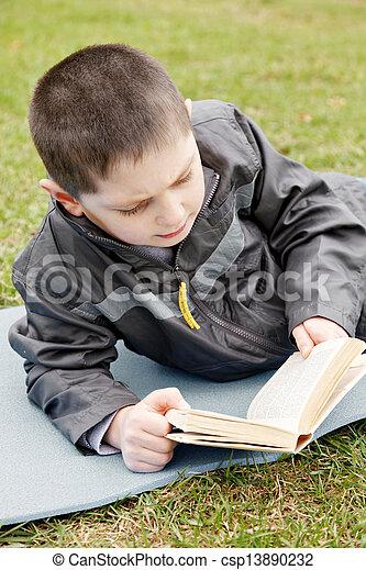 読む本, 子供, 屋外で - csp13890232