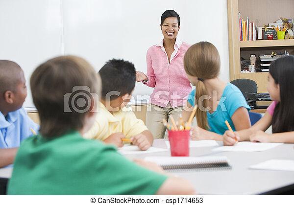 講義をする, 生徒, クラス, focus), (selective, 教師 - csp1714653