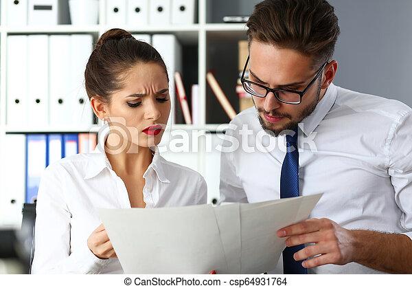 財政, オフィス, 現代, businesspeople, グループ, 問題, 討論 - csp64931764