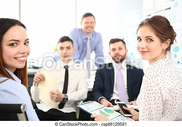 財政, オフィス, 現代, businesspeople, グループ, 問題, 討論 - csp66129591