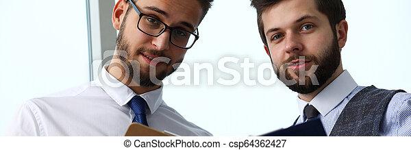 財政, オフィス, 現代, businesspeople, グループ, 問題, 討論 - csp64362427