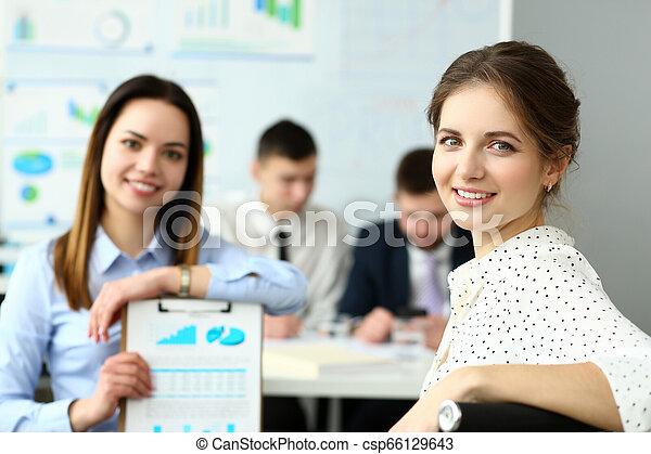 財政, オフィス, 現代, businesspeople, グループ, 問題, 討論 - csp66129643