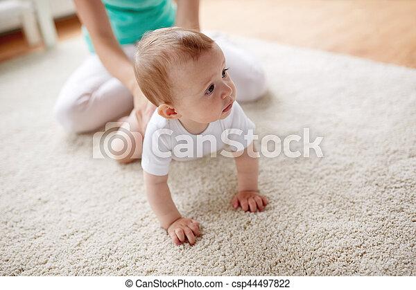 赤ん坊, 家, 母, 床 - csp44497822