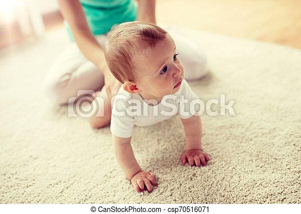 赤ん坊, 家, 母, 床 - csp70516071