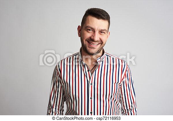 身に着けていること, あごひげを生やしている, ワイシャツ, 隔離された, 微笑の人, しまのある, ハンサム - csp72116953