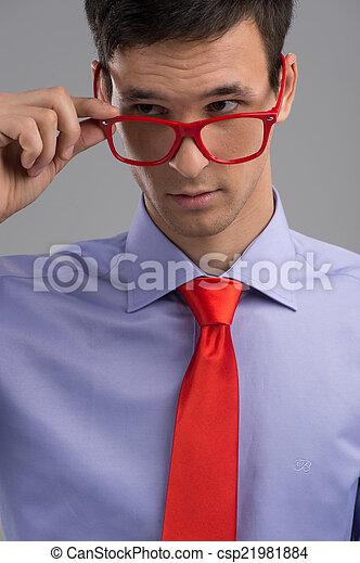 身に着けていること, ネクタイ, 取り去る, 若い, ガラス, 灰色, バックグラウンド。, 人, 人, 赤, ハンサム - csp21981884