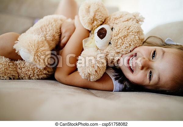 遊び, 女の子, 熊, かわいい, わずかしか, テディ - csp51758082