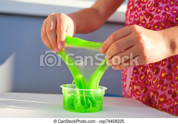 遊び, 終わり, 女の子, 緑, 手, 粘着物, の上 - csp74458225