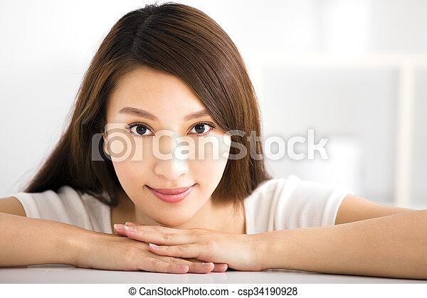 部屋, 暮らし, 女性の 微笑, 若い - csp34190928