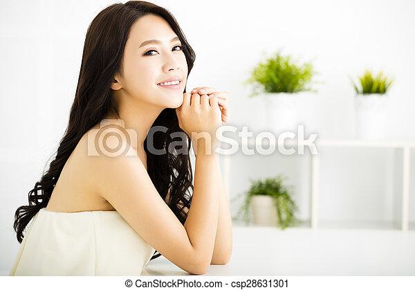 部屋, 美しい, 暮らし, モデル, 女性の 微笑, 若い - csp28631301