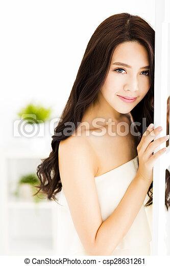 部屋, 美しい, 暮らし, 女性の 地位, 微笑, 若い - csp28631261